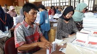 melipat surat suara