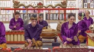 warga russia gamelan